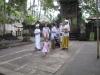 Galungan: Festlich gekleidete Familie vor dem Beten