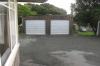 Die linke Garage gehört uns, ganz rechts geht's runter zum Nachbarn