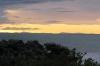 Die Südinsel von unserer Veranda aus gesehen. Selten klar, weil im weiteren Westen sich dann Australien befindet. Die Hügelkette, die man hier sieht, sind die sogenannten Marlborough Sounds: http://de.wikipedia.org/wiki/Marlborough_Sounds