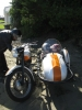 Eine alte Triumph mit Beiwagen - Soehne reingepackt und an den Strand geduest...